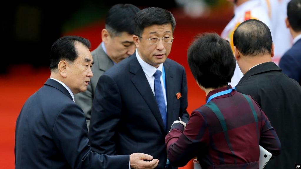 Đặc sứ Triều Tiên Kim Hyok Chol đến ga Đồng Đăng hôm 26/2/2019.