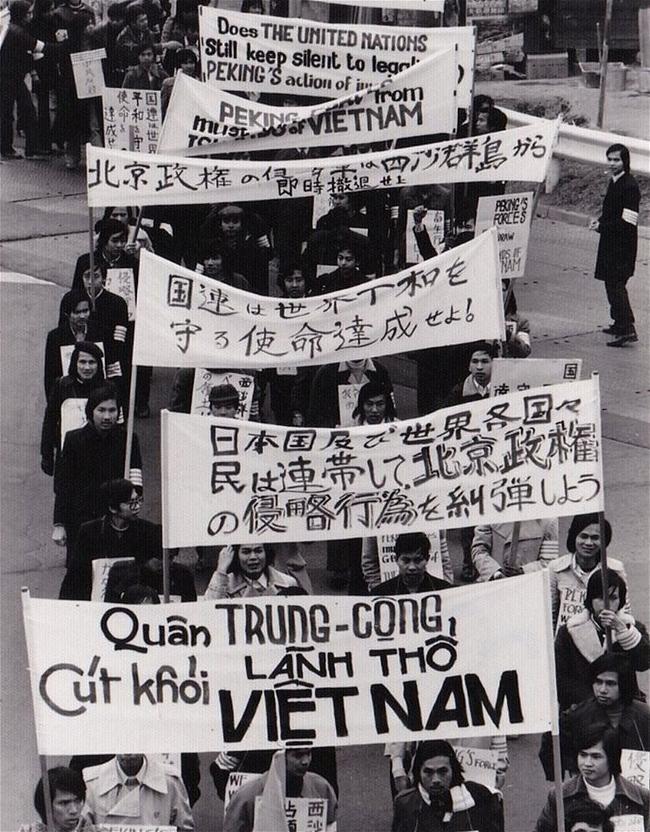 Biểu tình chống Trung Quốc ở Nhật -1974- Người ở bìa phải đi bên ngoài giám sát đoàn biểu tình là học giả Đỗ Thông Minh