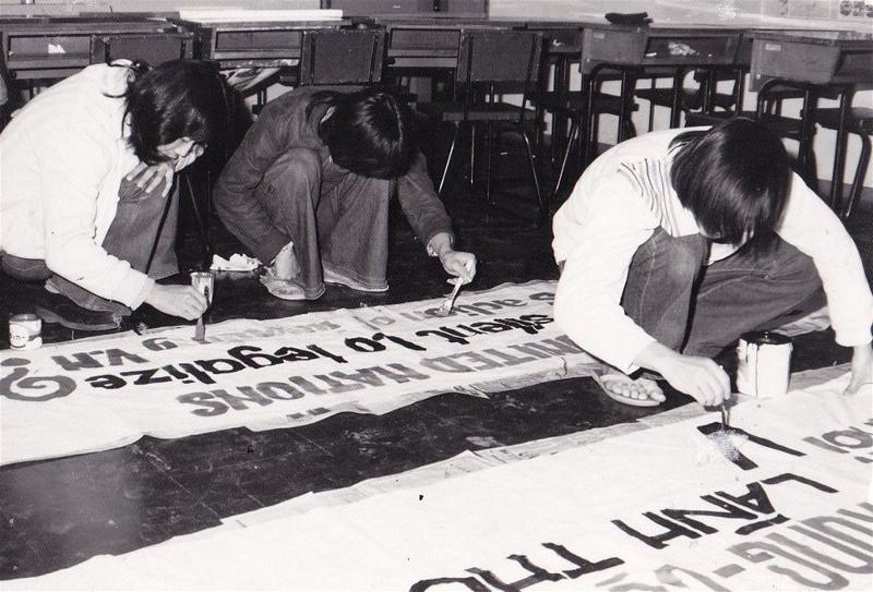 Sinh viên Việt thức trắng đêm để vẽ biểu ngữ chống Trung Quốc - 1974