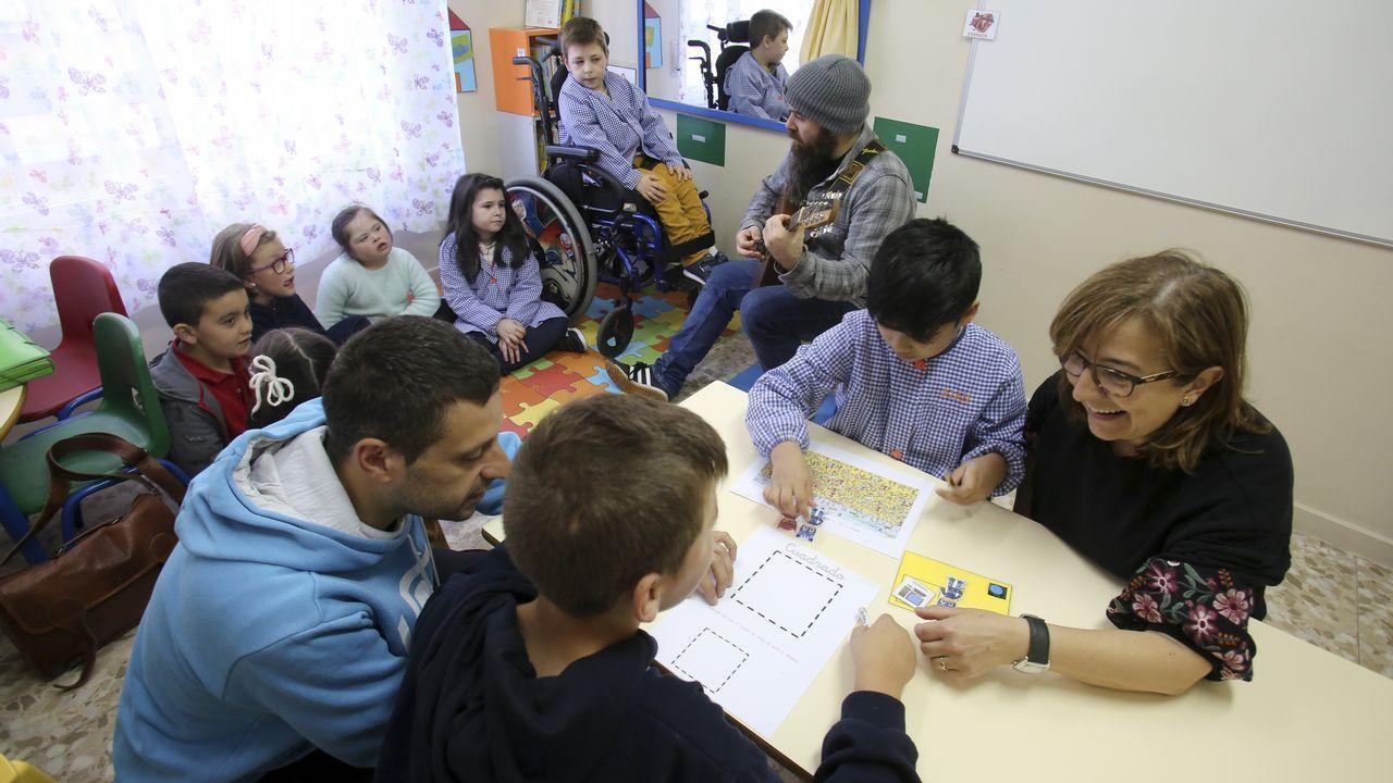 Alumnos de enseñanza especial del San Rosendo con el profesor de música: Fausto Escrigas
