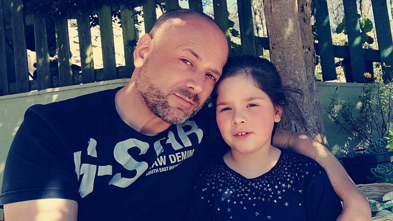 La pequeña Desirée junto a su padre
