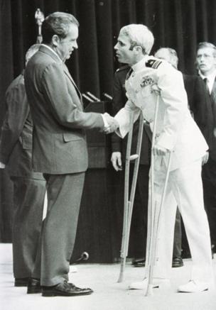 McCain bắt tay Tổng thống Mỹ Richard Nixon