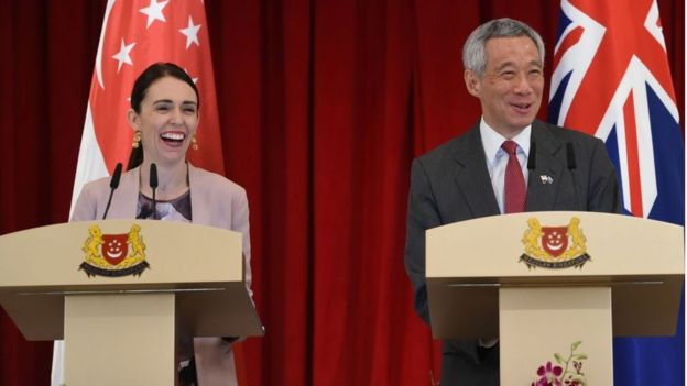 New Zealands Prime Minister Jacinda Ardern (L) and her Singaporean counterpart Lee Hsien Loong