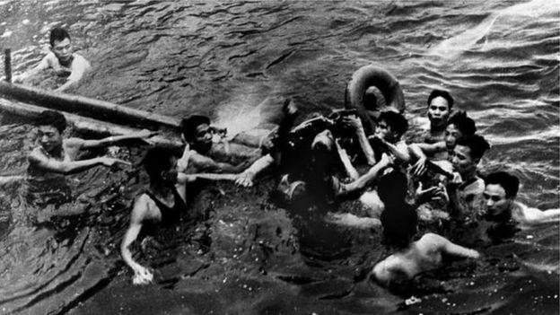 McCain được người dân cứu khỏi hồ Trúc Bạch