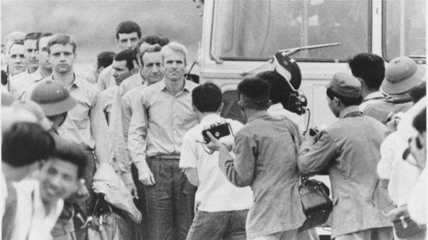 McCain cùng các đồng đội được trả tự do khỏi nhà tù chiến tranh Việt Nam