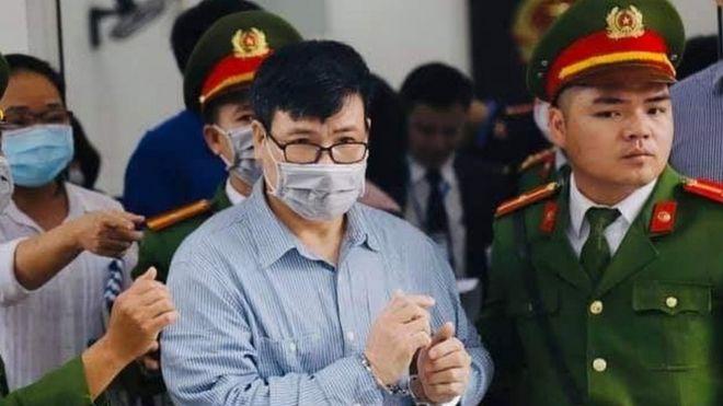 Ông Trương Duy Nhất mặc chiếc áo sơ mi xanh do cô con gái Thục Đoan gửi tại phiên tòa 9/3