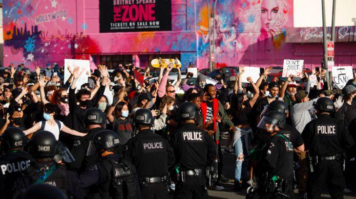 Người biểu tình đối đầu với cảnh sát tại Los Angeles vào thứ Bảy