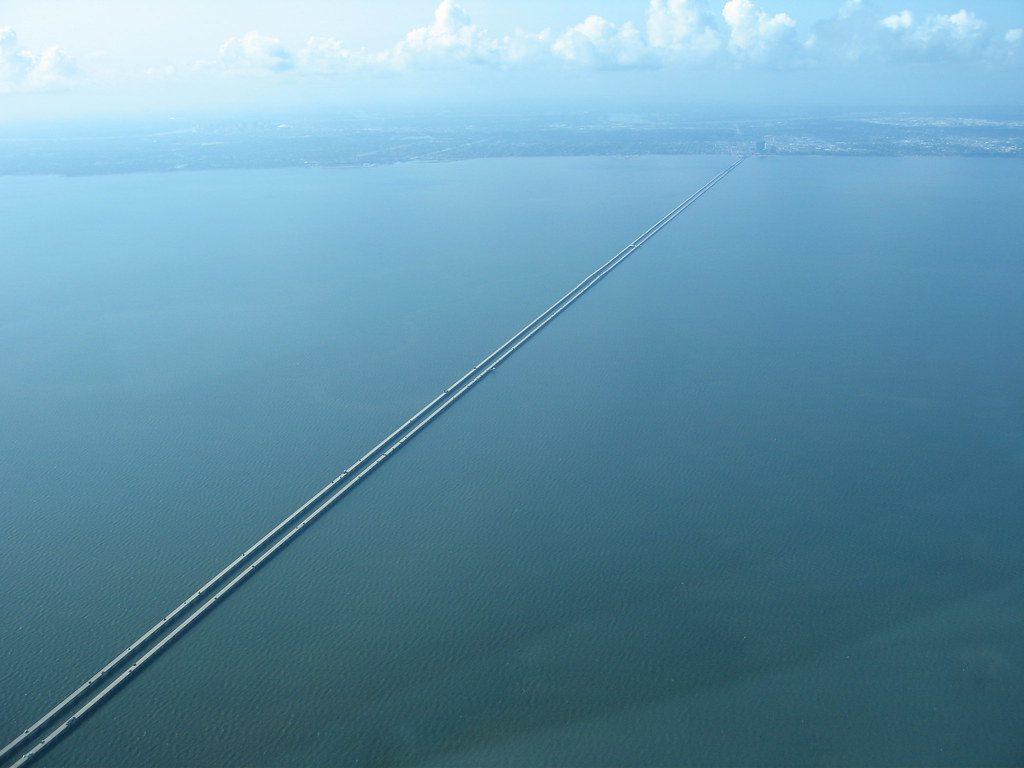 Cận cảnh cây cầu dài nhất thế giới: Đi mãi không đến nơi khiến bà bầu đẻ ngay trên cầu - 2