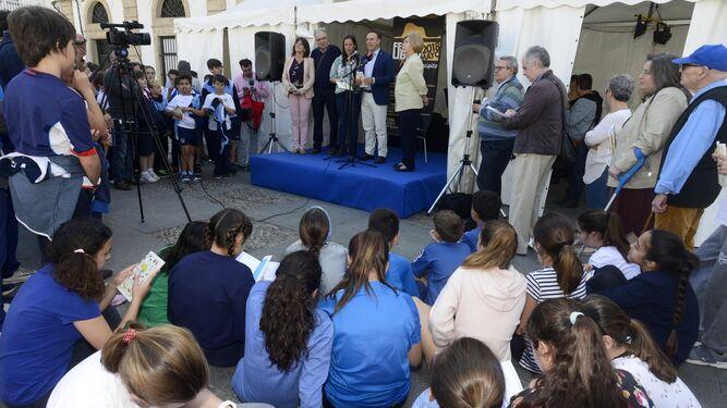 Una imagen del acto inaugural de la Feria del Libro, que estará todo el fin de semana en la Plaza de España.