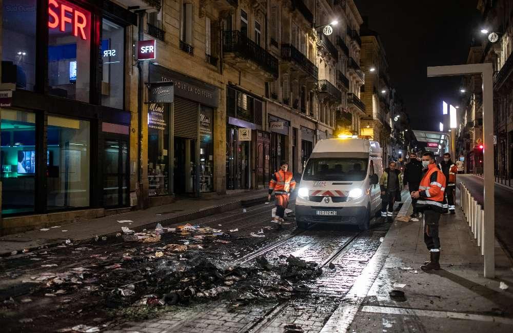 Quelques manifestants ont incendié des containers sur les voies du tram cours Alsace Lorraine