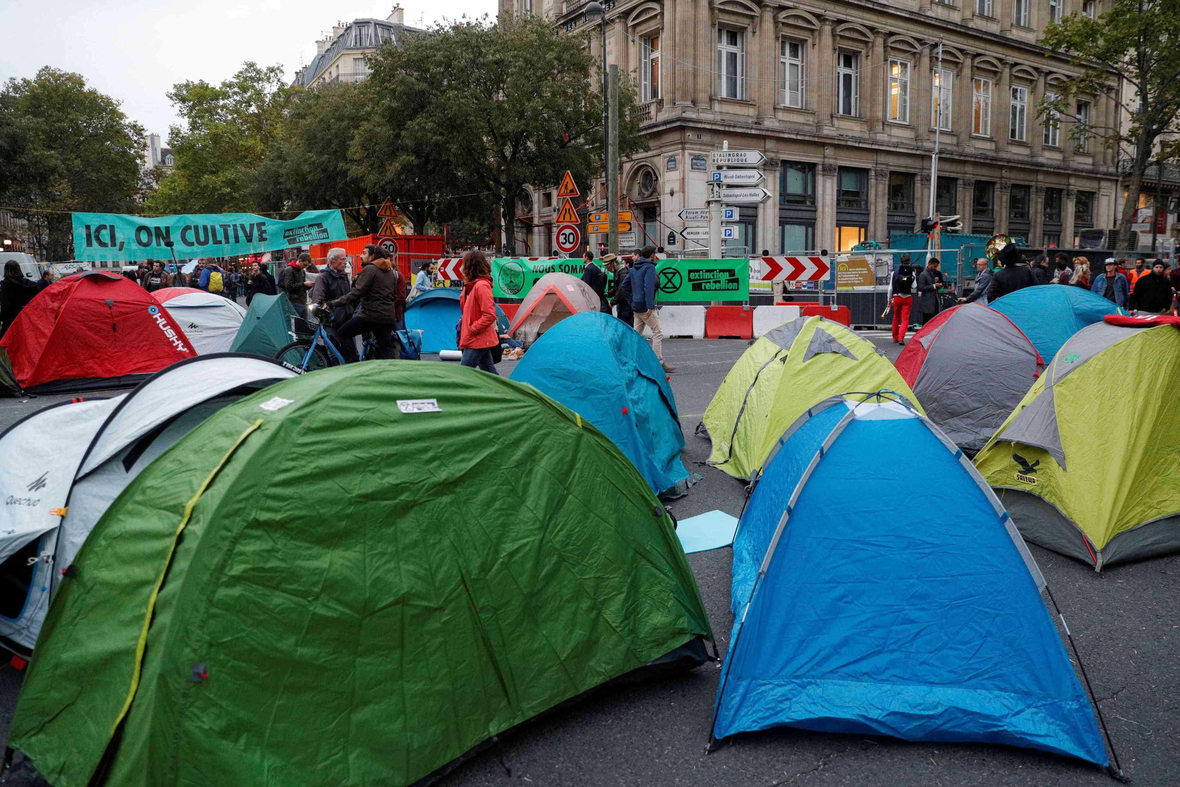 Des militants plantent des tentes pour bloquer la rue, place du Châtelet, à Paris, le 7 octobre.