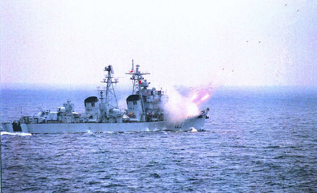 Mặc dù tuyên bố không có ý định quân sự hóa Biển Đông, nhưng ngày nay Bắc Kinh đã triển khai tên lửa chống hạm và phòng không trên một chuỗi căn cứ quân sự được xây dựng trên các đảo nhân tạo.