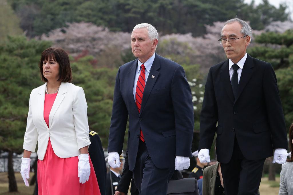 Phó tổng thống Mike Pence trong chuyến thăm gặp thủ tướng lâm thời Hwang Kyo-ahn của Hàn Quốc. (Ảnh: Getty)