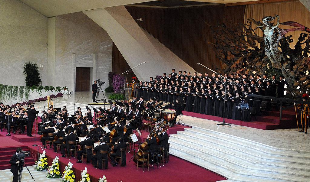 Ngoài việc diễn tấu các ca khúc nổi tiếng phương Tây, giàn dương cầm của người Hoa sống ở Ý còn chơi các ca khúc chủ đề đấu tranh cách mạng của ĐCSTQ. Ảnh: Buổi hòa nhạc tại sảnh đường Vatican vào năm 2008. (Nguồn: Getty)