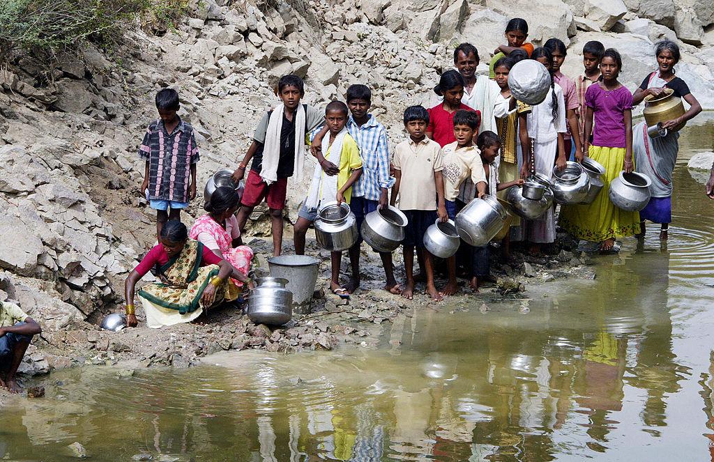 Ủy ban về Sức khỏe và Phúc lợi gia đình Ấn Độ nhận thấy các nạn nhân tiêm chủng vaccine đều xuất thân từ gia đình nghèo khó và hầu hết cha mẹ của các bé gái đều mù chữ. Do đó những người được tiêm chủng không có kiến thức về bệnh và loại vaccine tiêm vào người. (Ảnh: Getty)