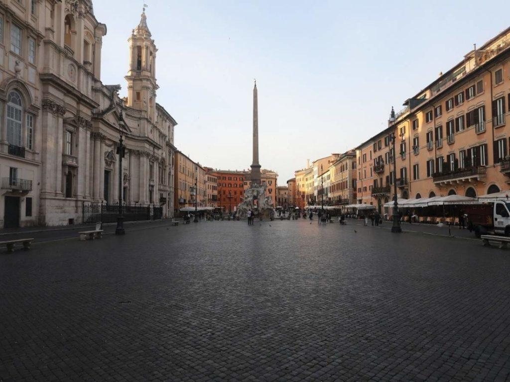 Tại Rome vào ngày 10/3/2020, Quảng trường Navona hoàn toàn vắng lặng do các biện pháp chống dịch bệnh trên toàn quốc.