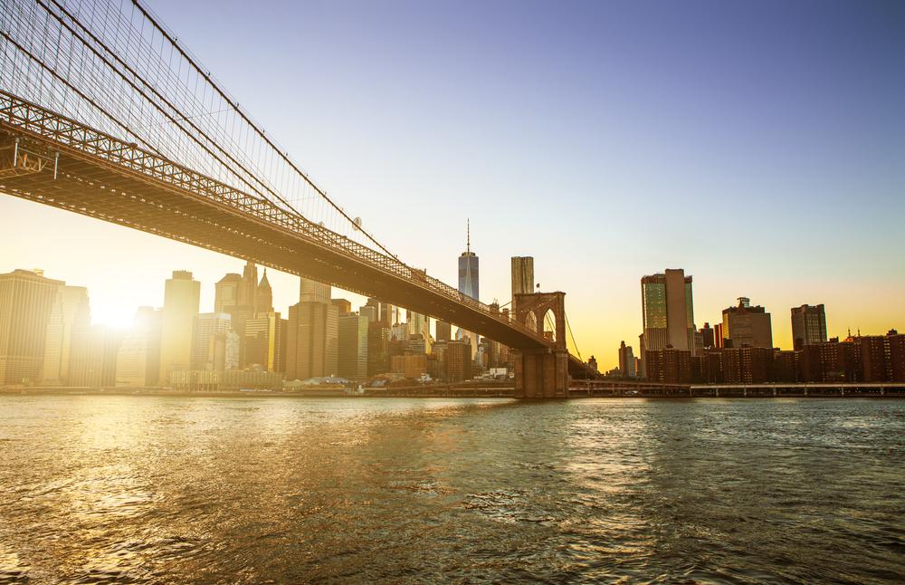 Nếu bạn băng qua cầu Manhattan thì chỉ mất 10 phút. Ở đó rất đẹp. Khi đi qua dòng sông, bạn có thể nhìn những con thuyền ở ngay phía dưới.