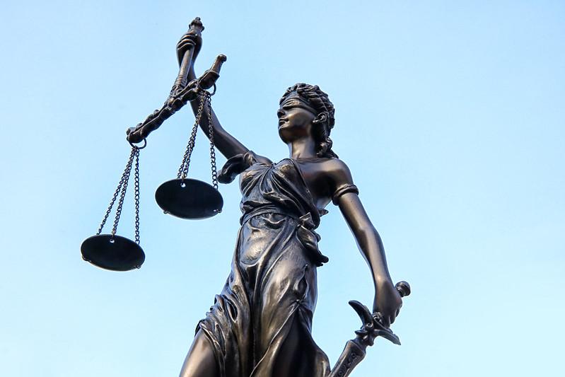 Lấy hình ảnh vị Thần làm biểu tượng công lý chính là để nhắc nhở con người thực thi pháp luật phải không được mang theo tư tâm.