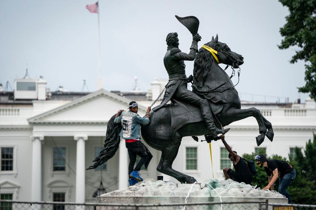 Những kẻ nổi loạn đang chuẩn bị kéo đổ tượng cố Tổng thống Andrew Jackson tại quảng trường Lafayette gần Nhà Trắng vào hôm 22/6/2020 tại Washington, DC. Đây là tổng thống đầu tiên của đảng Dân chủ (Photo by Drew Angerer/Getty Images)