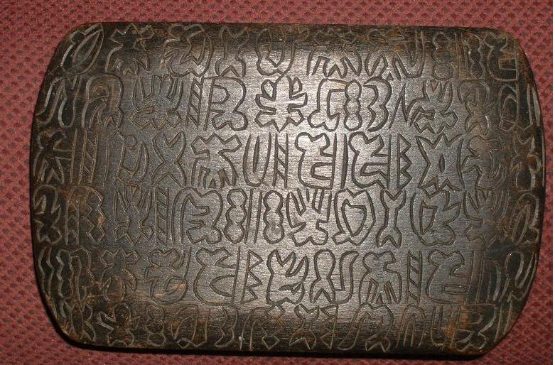 Những ký tự viết trên các phiến gỗ được tìm thấy ở Đảo Phục Sinh đã làm bối rối các nhà ngôn ngữ học.