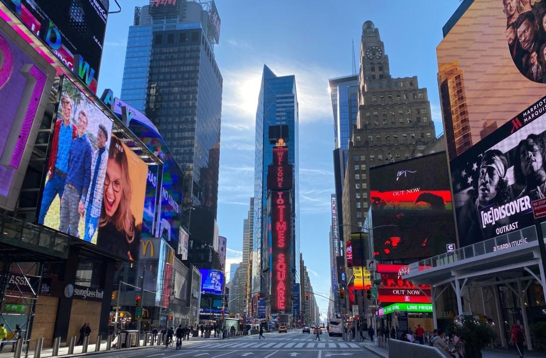 Quang cảnh vắng vẻ ở Quảng trường Thời Đại của New York giữa đại dịch virus Corona Vũ Hán Covid-19, ở New York ngày 11/5/2020. (Ảnh của DANIEL SLIM / AFP qua Getty Images)