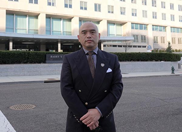 Chiều ngày 3/12, Tiến sĩ Lâm Hiểu Húc (Sean Lin), cựu chuyên gia nghiên cứu vi sinh vật học của Quân đội Hoa Kỳ và là cựu Giám đốc Phòng nghiên cứu virus thuộc Viện Nghiên cứu Quân đội Walter Reed (WRAIR), nói rằng ông đã tặng cho Ngoại trưởng Pompeo một bông hoa sen do các học viên Pháp Luân Công làm và cảm ơn chính phủ Hoa Kỳ cũng Ngoại trưởng đã tiếp tục lên tiếng cho các học viên Pháp Luân Công ở Trung Quốc Đại lục đang bị ĐCSTQ bức hại. (Yiping / Epoch Times)