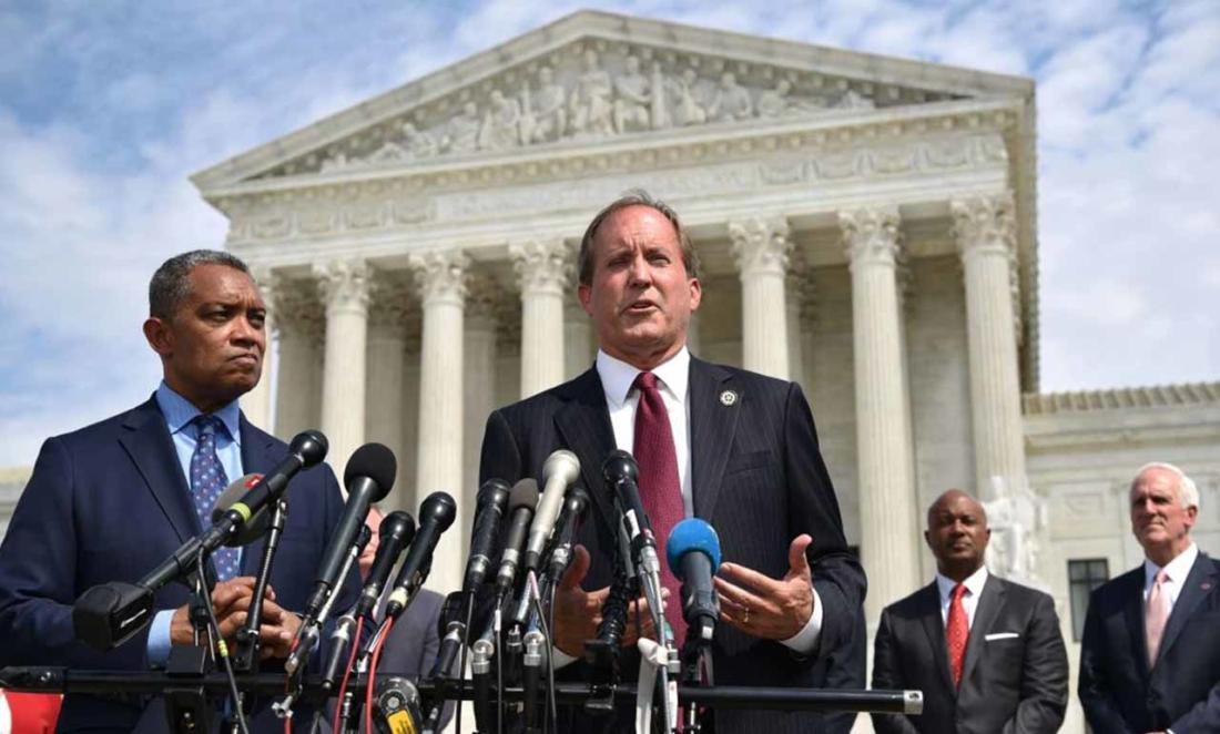 Tổng chưởng lý Texas Ken Paxton phát biểu trong buổi khởi động cuộc điều tra chống độc quyền đối với các công ty công nghệ lớn bên ngoài Tòa án tối cao Hoa Kỳ ở Washington, DC vào ngày 9 tháng 9 năm 2019. (Ảnh của MANDEL NGAN / AFP qua Getty Images)