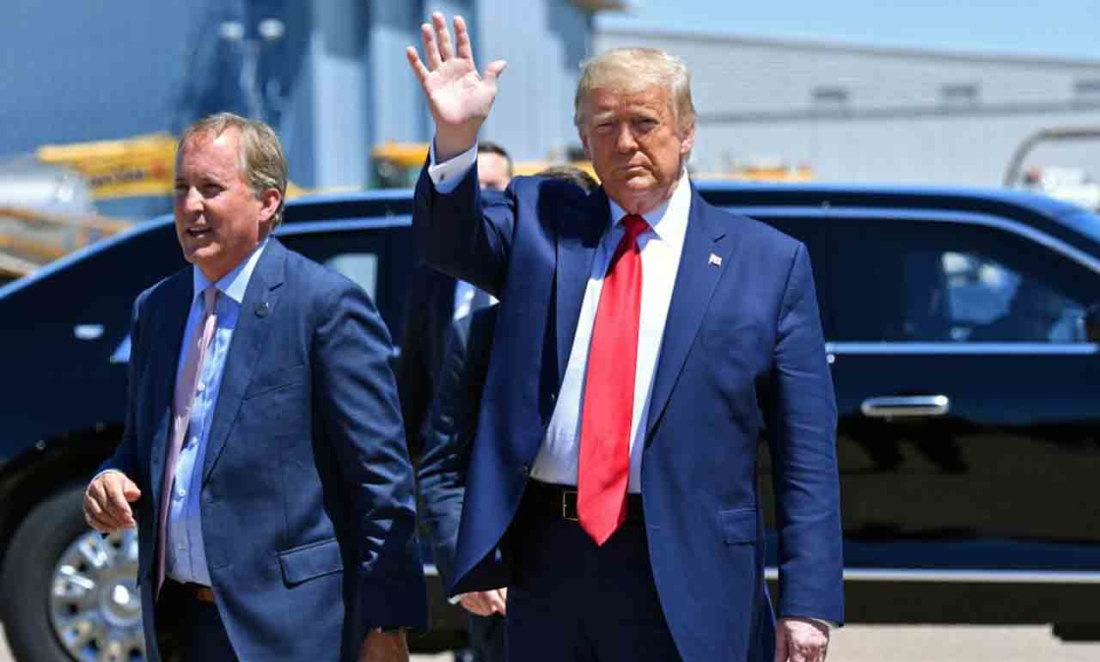 Tổng thống Hoa Kỳ Donald Trump vẫy tay chào khi đến, cùng với Bộ trưởng Tư pháp Texas Ken Paxton tại Dallas, Texas, vào ngày 11 tháng 6 năm 2020, nơi ông sẽ tổ chức hội nghị bàn tròn với các nhà lãnh đạo tín ngưỡng và chủ doanh nghiệp nhỏ. (Ảnh của NICHOLAS KAMM / AFP qua Getty Images)
