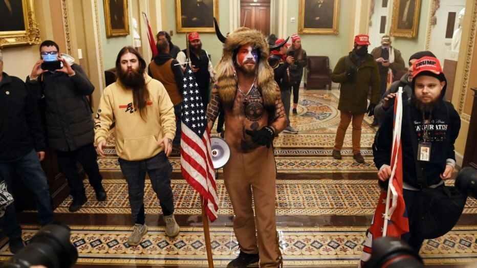 Hình ảnh một số kẻ bạo loạn bị nghi là người của Antifa (đeo sừng quỷ Satan). (Ảnh: Getty)