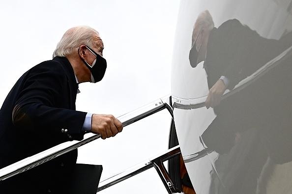 Tổng thống đắc cử Hoa Kỳ Joe Biden rời Sân bay Newcastle ở Wilmington, Delaware, vào ngày 4 tháng 1 năm 2021 (Ảnh: Getty)