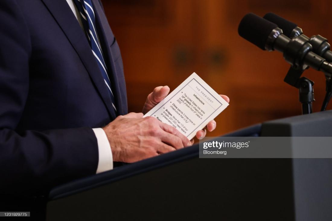 Tổng thống Hoa Kỳ Joe Biden giữ tờ ghi chú về cơ sở hạ tầng trong khi phát biểu trong cuộc họp báo tại Phòng Đông của Nhà Trắng ở Washington, DC, Hoa Kỳ, vào thứ Năm, 25/3/2021. (Nhiếp ảnh gia: Oliver Contreras / Sipa / Bloomberg qua Getty Images )