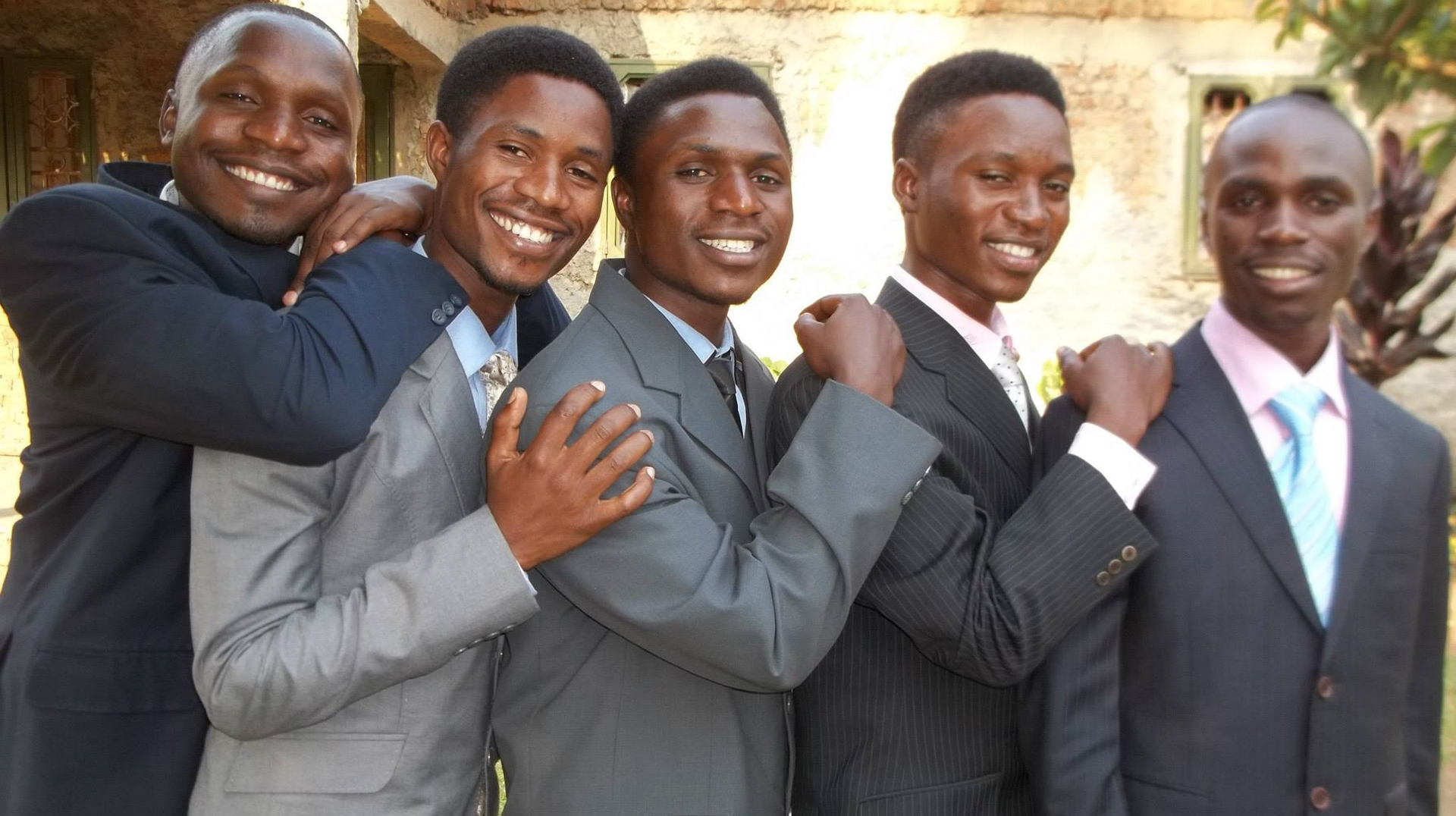 Beş Uganda Kardeşleri: (L - R) Idine Membere, Edwin Bwambale, Godwin Tusime, Harrison Thembo ve Cleave Masereka.