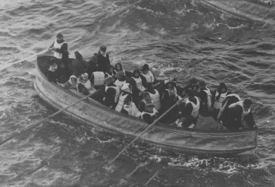 Шлюпка с выжившими с затонувшего Титаника