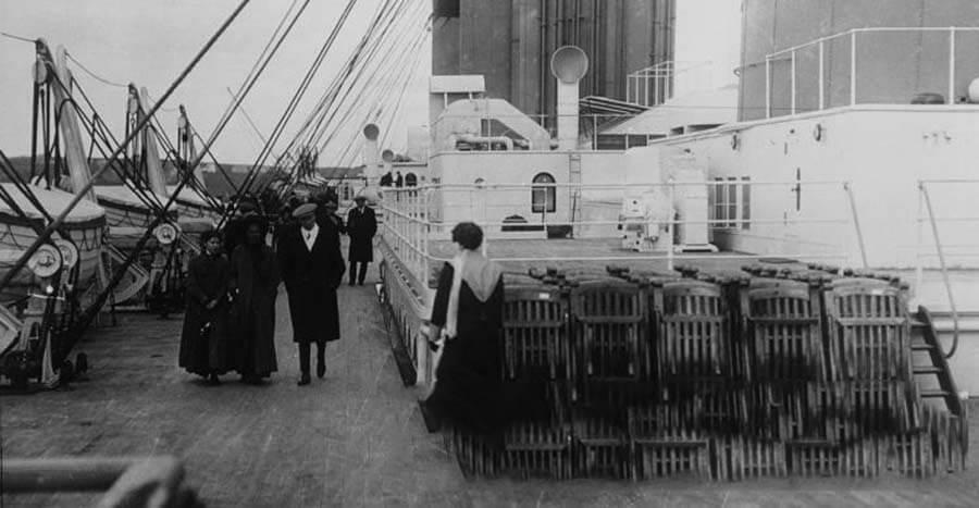 Палуба с людьми на корабле Титаник