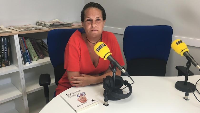 La autora de Mariposas de cristal en los estudios de la Cadena SERen Vera.