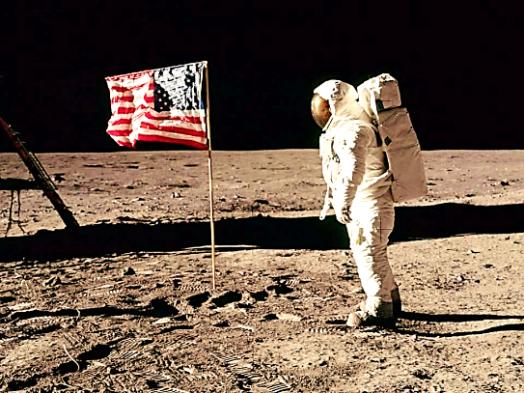 Aldrin đứng cạnh lá cờ mà ông cắm lên Mặt trăng trong sứ mệnh đổ bộ lịch sử năm 1969. (Ảnh: NASA)