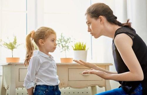 Mãe explicando algo para a filha