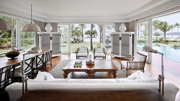 Ruang keluarga yang stylish dengan pemandangan laut mengagumkan.