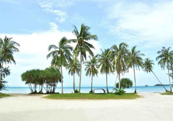 Hamparan pantai berpasir putih.