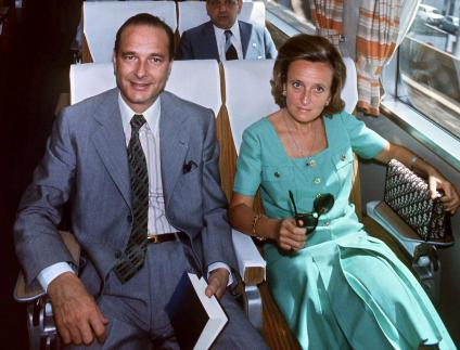 Jacques Chirac et son épouse Bernadette voyagent à bord du train Tokaido, reliant Tokyo à Osaka (Japon), le 2 août 1976.