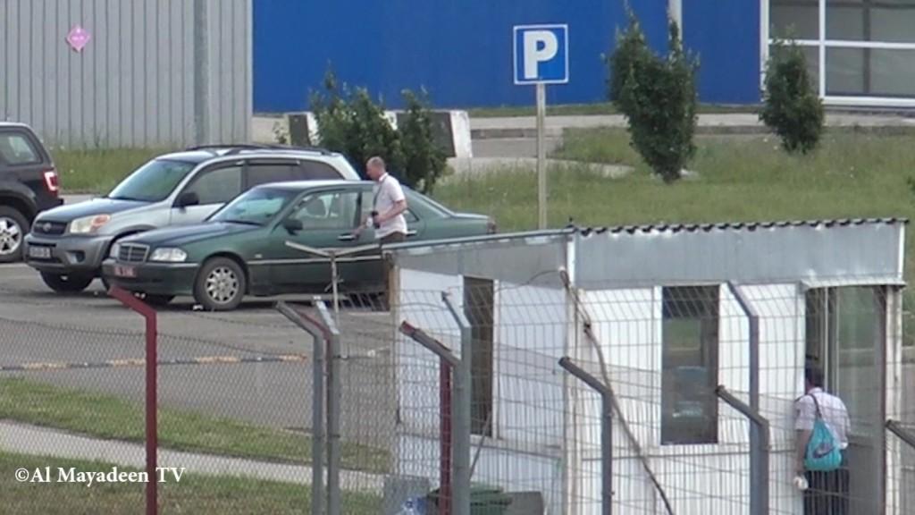 Joshua Bast quitte le centre Lugar dans une voiture diplomatique de l'ambassade des Etats-Unis à Tbilisi. (©Al Mayadeen TV)