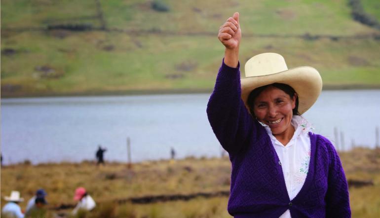 Maxima Acuna de Chaupe, brandissant le point gauche et arborant un large sourire. (Crédit photo Jorge Chávez Ortiz, TV5 Monde)