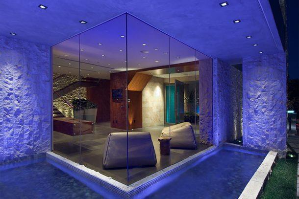 Khi bạn bước chân qua mỗi căn phòng, nhạc sẽ được phát ra nhờ hệ thống loa lắp sau tường