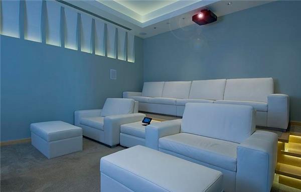 Trong dinh thự rộng lớn này có một phòng chiếu phim rộng gần 140 m2