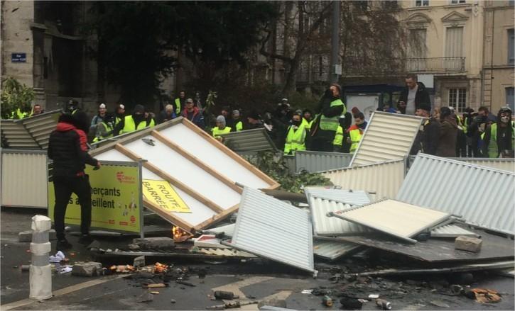 Une barricade en cours d'édification rue Lecanuet, aux alentours de 16 h, à Rouen (Seine-Maritime).