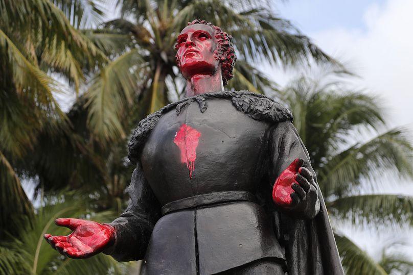 Les Amérindiens chassent Christophe Colomb des Etats-Unis : ses statues  sont décapitées ou noyées   Euronews