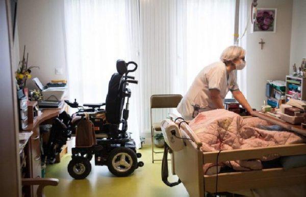 Témoignage édifiant: «On doit anesthésier les personnes contaminées parce que la Salpêtrière ne les prend pas», les personnes âgées abandonnées dans un Ehpad à Paris (Vidéo)