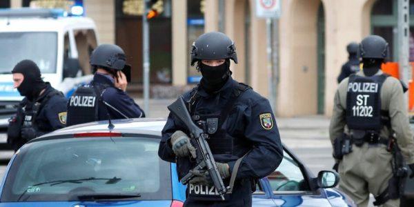 """Une bande de cinq à sept syriens """"barbus"""" poignardent au couteau des passants à Hanau"""