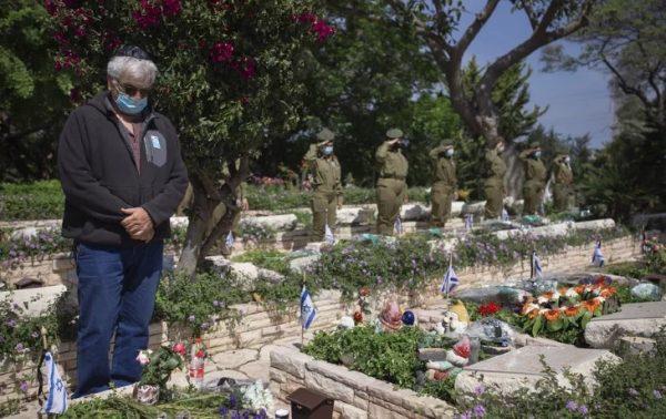 Israël, Yom Hazikaron : des familles endeuillées dans les cimetières militaires malgré l'interdiction du gouvernement