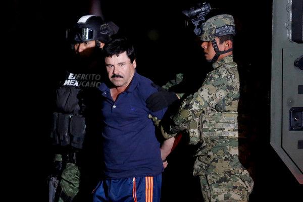 Joaquín Guzmán Loera, el narcotraficante conocido como el Chapo, escoltado por soldados en Ciudad de México, el 8 de enero de 2016